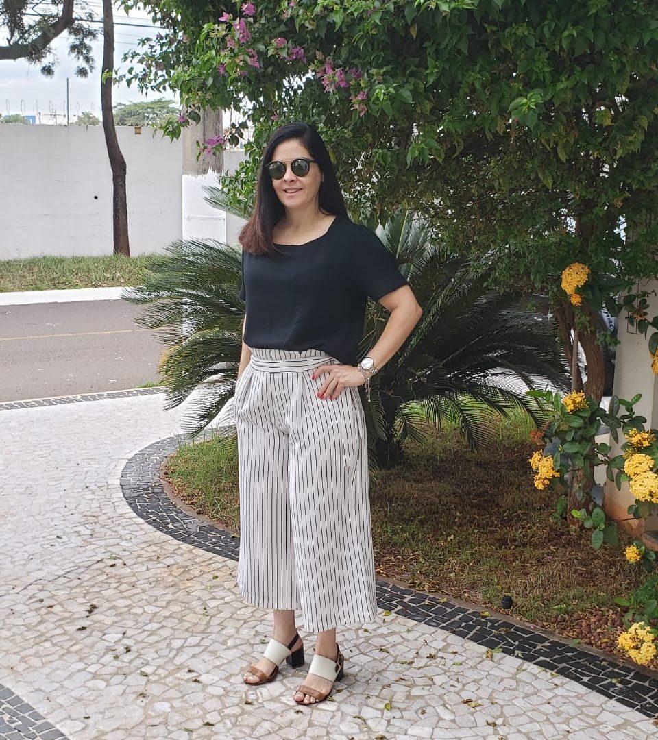 Look: Calça Pantacourt listrada e blusa preta